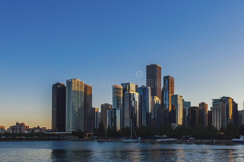 Horisont av Chicago vid Lake Michigan fotografering för bildbyråer