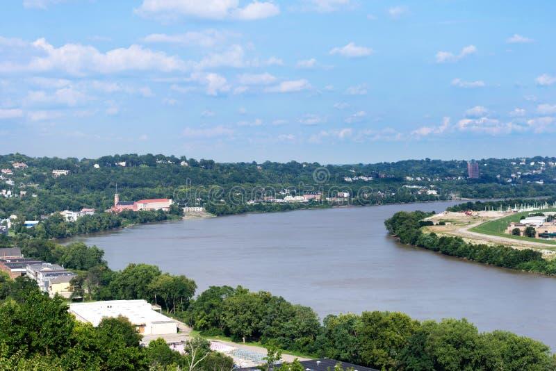 Horisont av Cincinnati, Ohio i sommar från över Ohioet River fotografering för bildbyråer