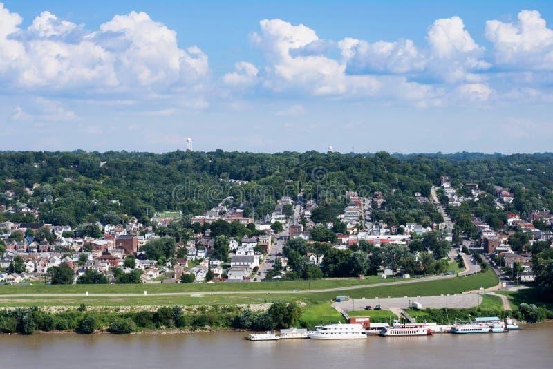 Horisont av Cincinnati, Ohio i sommar från över Ohioet River royaltyfri foto