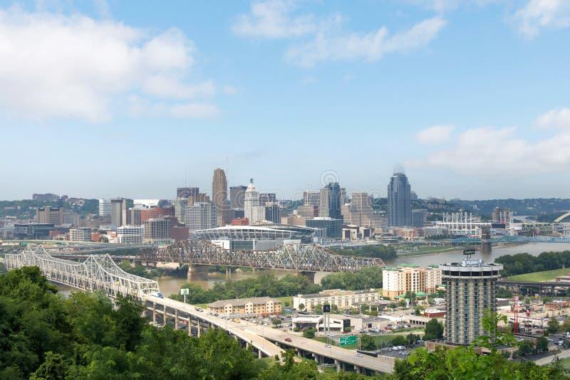 Horisont av Cincinnati, Ohio i sommar från över Ohioet River arkivbilder