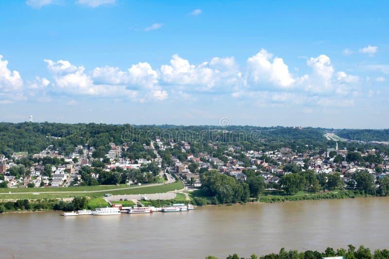 Horisont av Cincinnati, Ohio i sommar från över Ohioet River royaltyfri bild