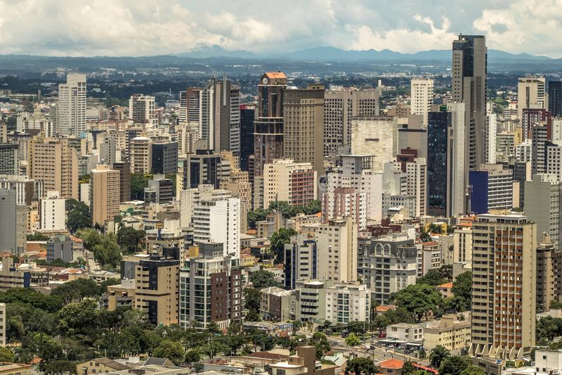Horisont av Curitiba royaltyfria bilder