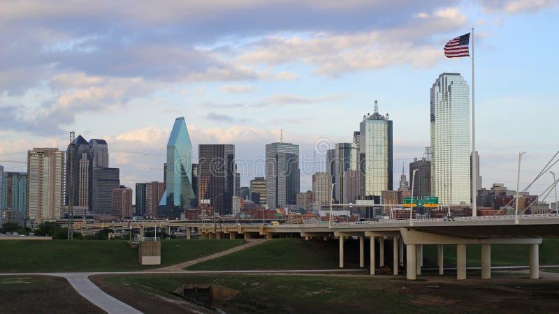 Horisont av Dallas på en molnig dag royaltyfri foto