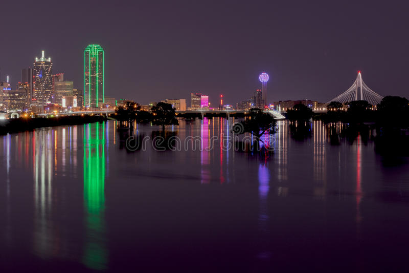 Horisont av Dallas, Texas på natten över översvämmade Trinity River royaltyfria bilder