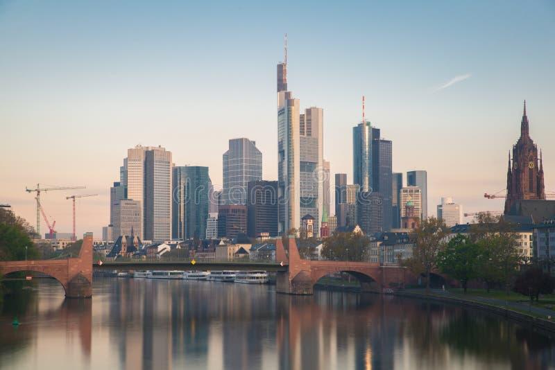 Horisont av den Frankfurt staden i Tyskland Frankfurt är finansiell cen royaltyfria foton