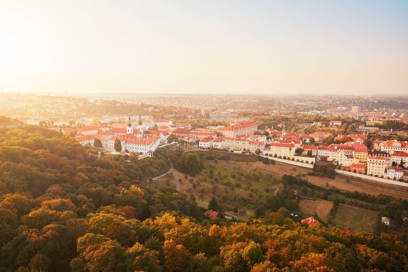 Horisont av den historiska delen av Prague royaltyfri fotografi