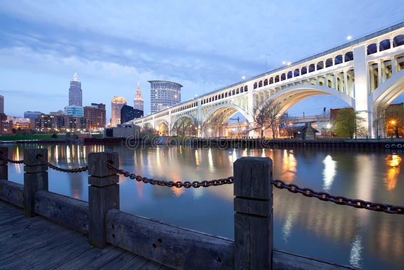 Horisont av den i stadens centrum Cleveland och Detroit Superios bron royaltyfri foto