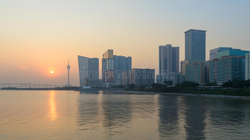 Horisont av den macau staden på den yttre hamnen för solnedgång arkivfoton