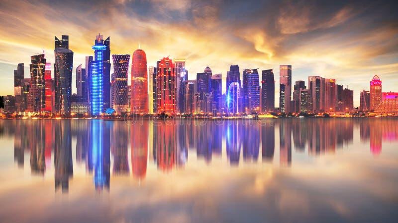 Horisont av den moderna staden av Doha i Qatar, Mellan?sten - Doha ` s Corniche i den v?stra fj?rden, Doha, Qatar royaltyfri foto