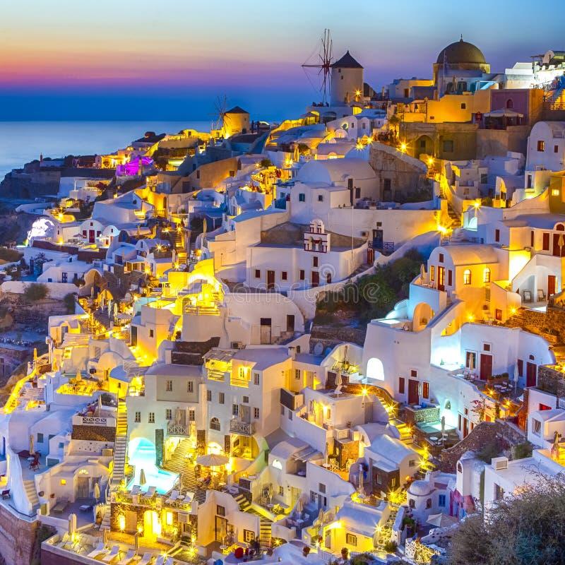 Horisont av den Oia staden med traditionell vit arkitektur och Iconic väderkvarnar i by av Santorini i Grekland royaltyfri foto