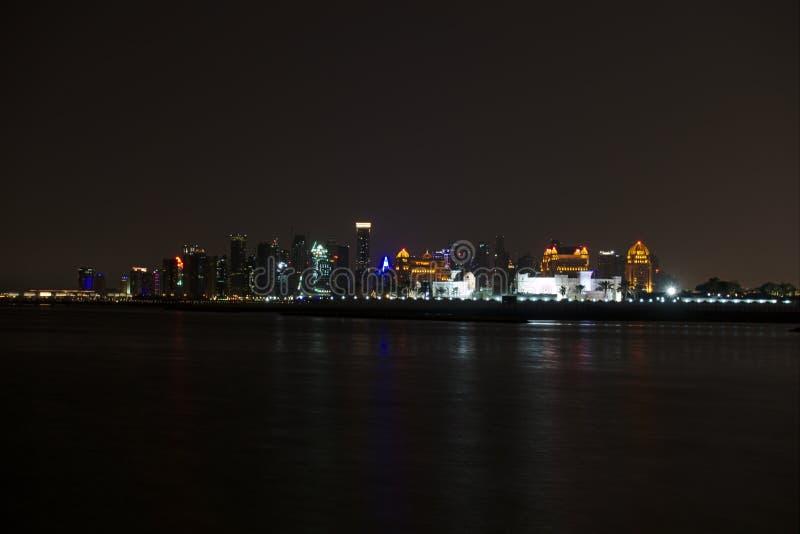 Horisont av den västra fjärden, på natten från pärlan doha qatar royaltyfri bild