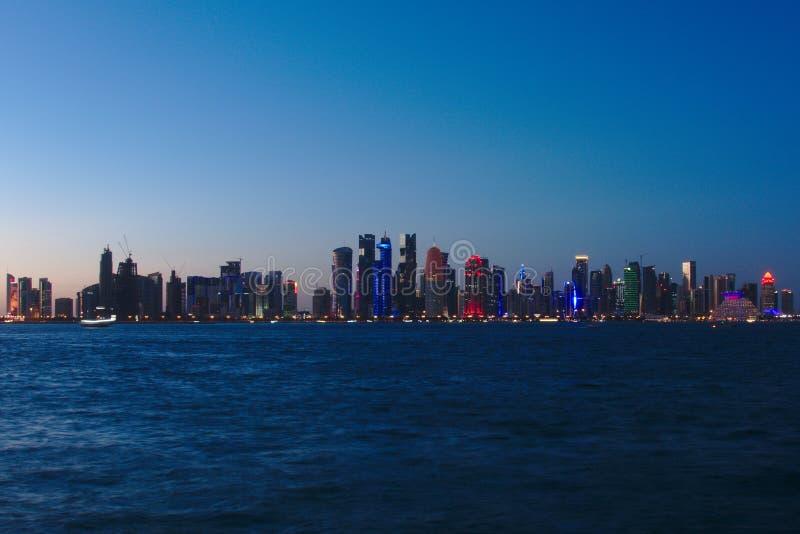 Horisont av den västra fjärden, på solnedgången från Dhowhamnen doha qatar royaltyfria foton