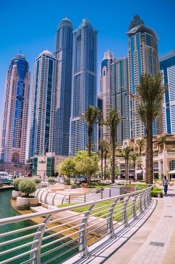 Horisont av Dubai på marina med blå himmel royaltyfri fotografi