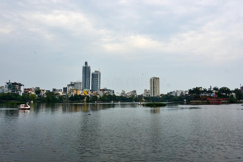 Horisont av Hanoi p? Truc Bach sj?n Huvudstaden av Vietnam arkivfoton