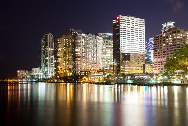 Horisont av hyreshusar på det Brickell området i Miami på natten royaltyfri bild