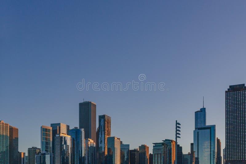 Horisont av i stadens centrum Chicago, USA på skymning som beskådas från Lake Michigan royaltyfri foto