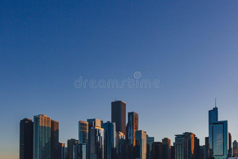 Horisont av i stadens centrum Chicago, USA på skymning som beskådas från Lake Michigan royaltyfria bilder