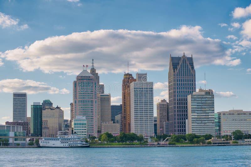 Horisont av i stadens centrum Detroit från Windsor, Ontario arkivfoto