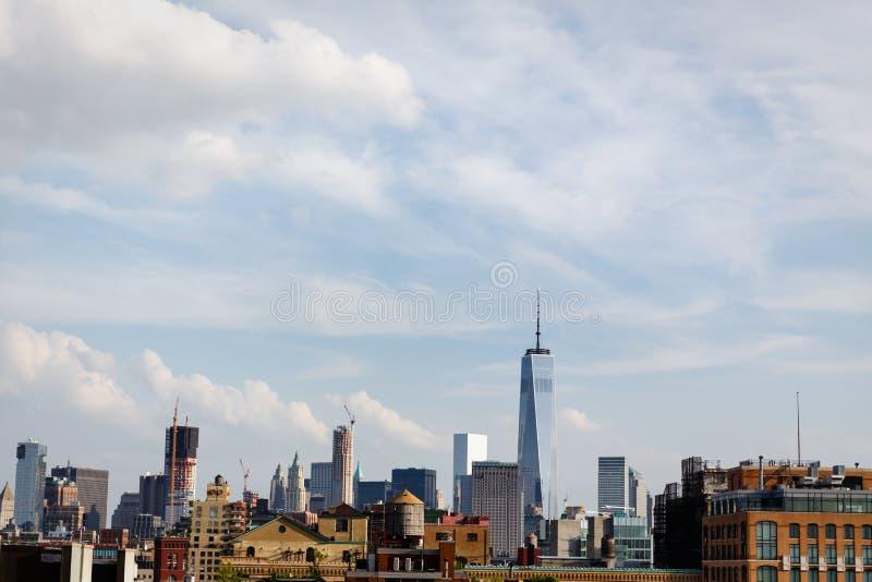 Horisont av lägre Manhattan inklusive ny World Trade Center och gammalt trävattentorn arkivbild