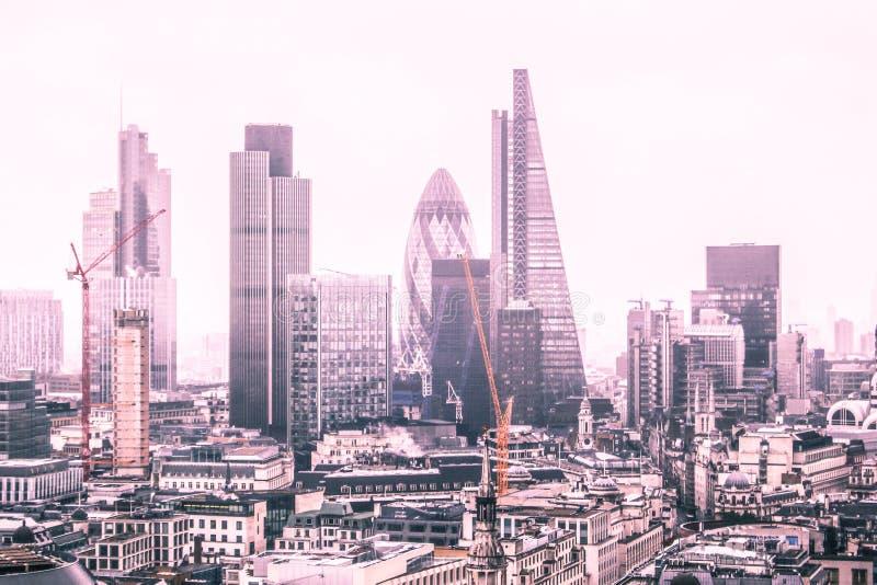 Horisont av London och dess skyskrapor royaltyfri bild
