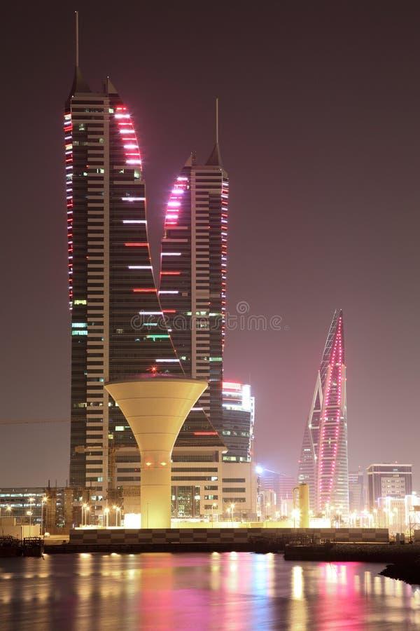 Horisont av Manama på natten. Bahrain arkivbild