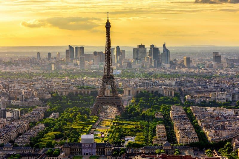 Horisont av Paris med Eiffeltorn på solnedgången i Paris royaltyfri foto