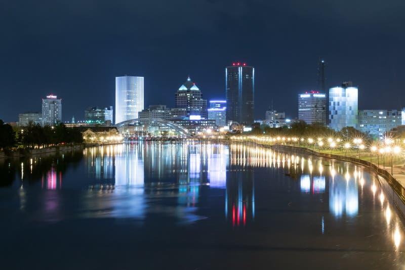 Horisont av Rochester New York på natten fotografering för bildbyråer
