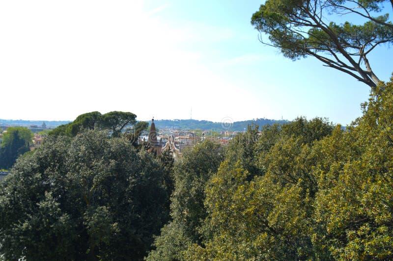 Horisont av Rome, huset och träd fotografering för bildbyråer
