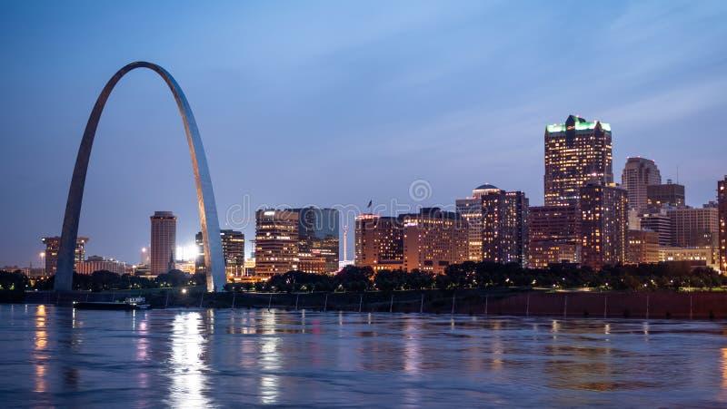 Horisont av Saint Louis med nyckelbågen vid natt - ST LOUIS USA - JUNI 19, 2019 royaltyfria bilder