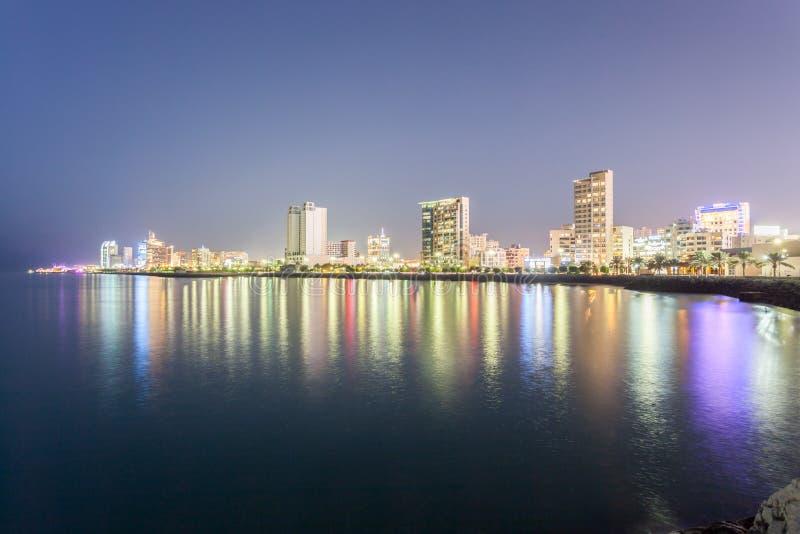 Horisont av Salmiya på natten, Kuwait royaltyfri fotografi