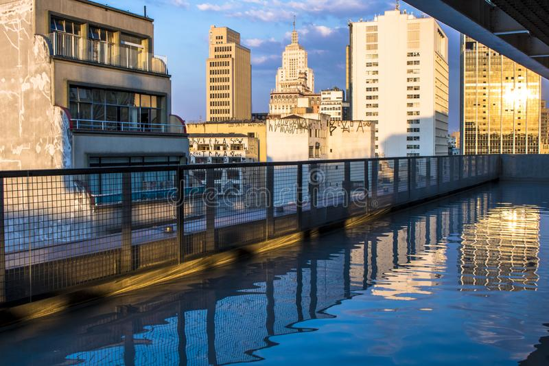 Horisont av Sao Paulo den i stadens centrum sikten från Sesc 24 de Maio arkivbilder