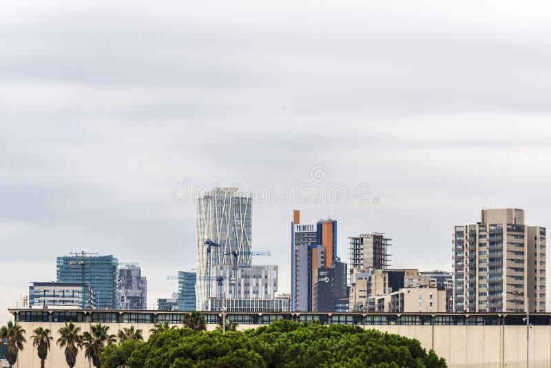 Horisont av skyskrapor av Barcelona, Spanien royaltyfri bild