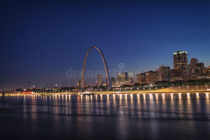 Horisont av St Louis med nyckelbågen, St Louis, Mo, USA royaltyfri foto