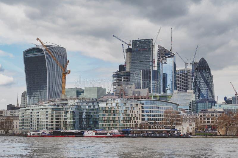 Horisont av staden av London vid flodThemsen med skyskrapor och byggnader som konstrueras i modern arkitektonisk stil royaltyfri bild