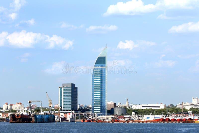 Horisont av staden av Montevideo, Uruguay bluen clouds skyen arkivbild