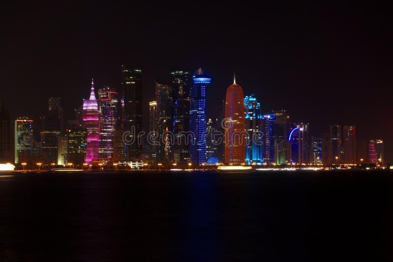Horisont av västra fjärdskyskrapor, på natten från Cornichen doha qatar royaltyfria foton