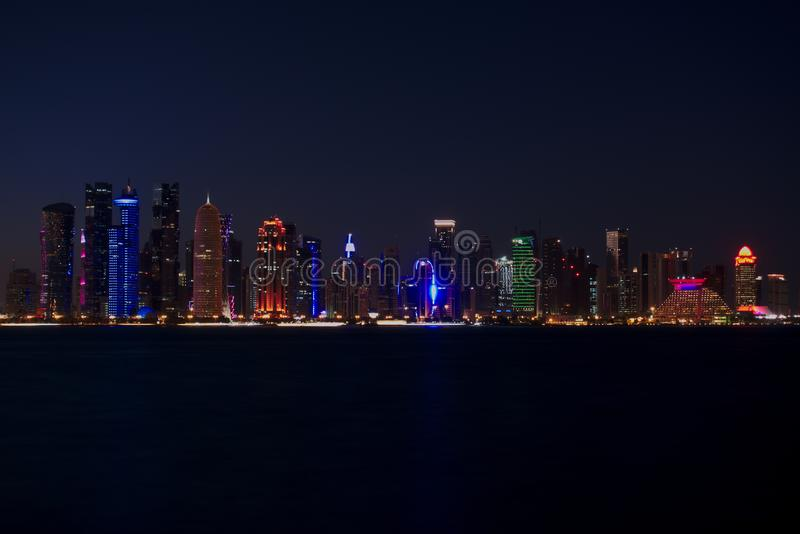 Horisont av västra fjärdskyskrapor, på natten från Cornichen doha qatar fotografering för bildbyråer