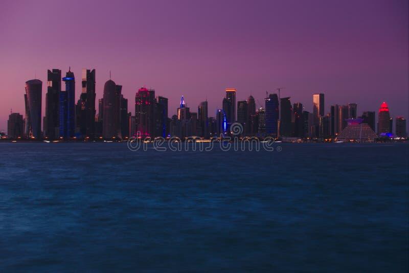 Horisont av västra fjärdskyskrapor som tas från Dhowhamnen doha qatar royaltyfri bild