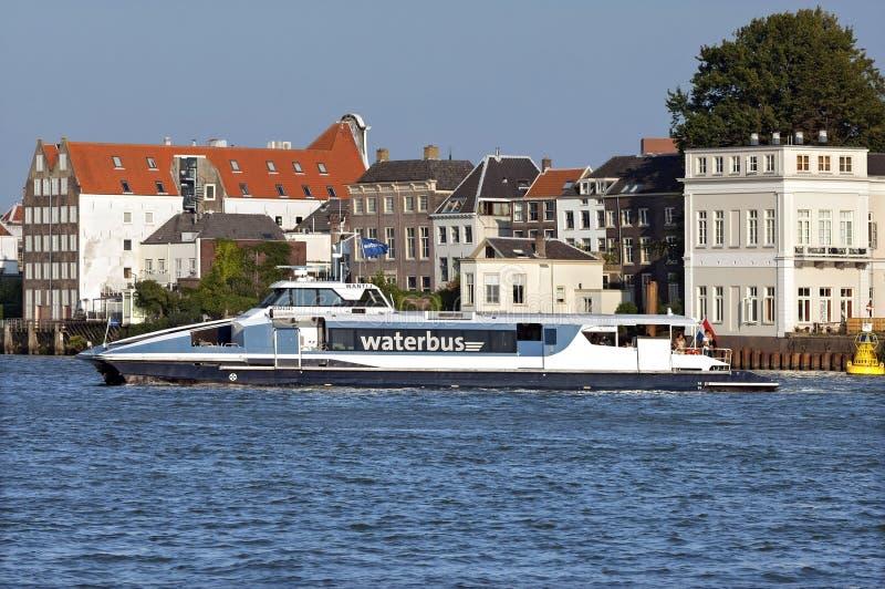 Horisont Dordrecht med vattenbussen på floden Oude Maas royaltyfri fotografi