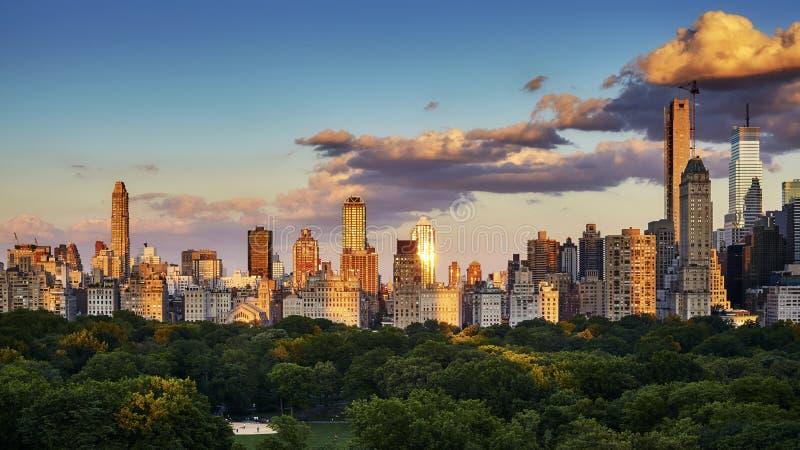 Horisont för östlig sida för New York City Upper på solnedgången, USA royaltyfri fotografi