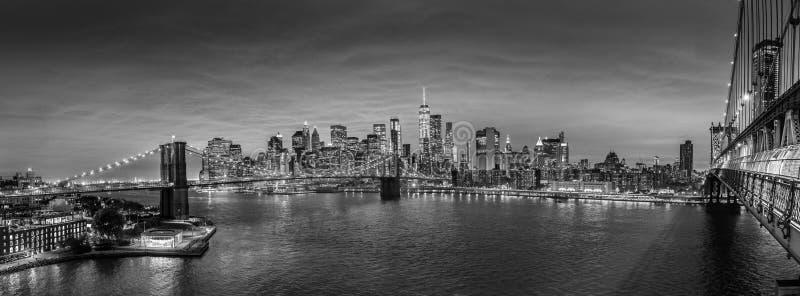Horisont för Brooklyn bro och Lower Manhattanpå natten, New York City, USA royaltyfria bilder