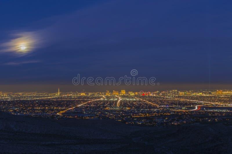 Horisont för Cityscape för tidig afton för Las Vegas fullmåne fotografering för bildbyråer