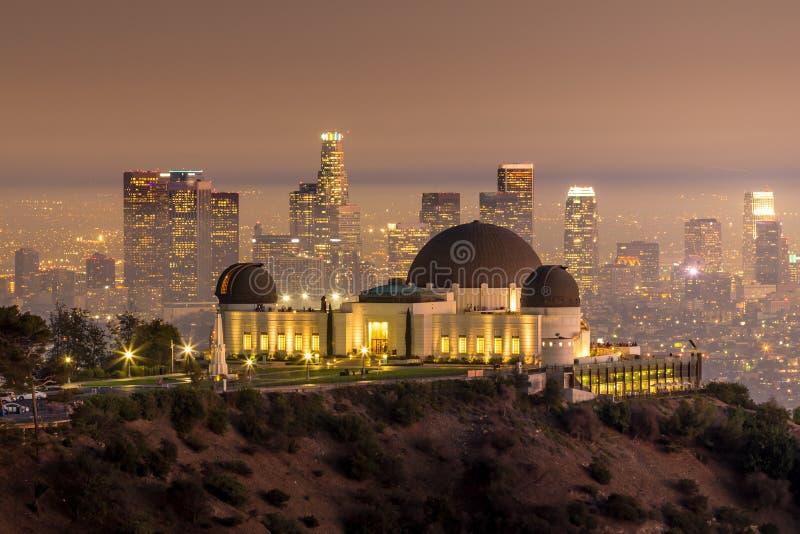 Horisont för den Griffith Observatory och Los Angeles staden på twiligh royaltyfria foton