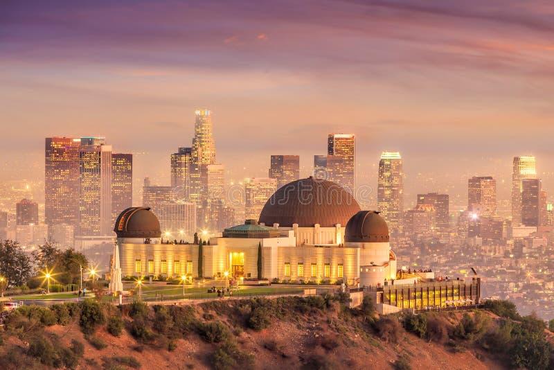 Horisont för den Griffith Observatory och Los Angeles staden på twiligh arkivbild