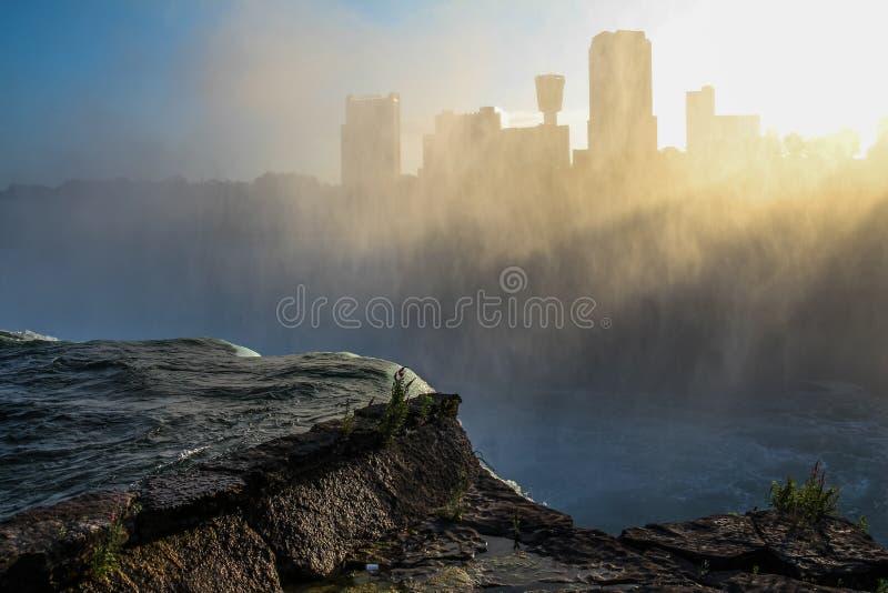 Horisont 2 för Niagara Falls solnedgångmist fotografering för bildbyråer