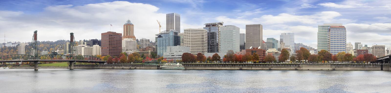 Horisont för Portland Oregon i stadens centrum strandnedgång royaltyfria bilder