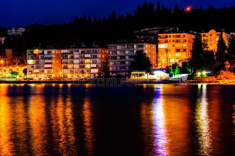 Horisont för sjösidasommarstad royaltyfria bilder