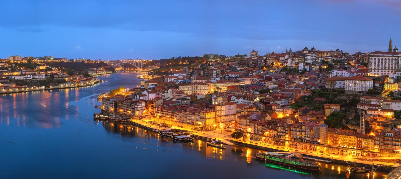 Horisont för stad för Porto Portugal nattpanorama arkivbilder