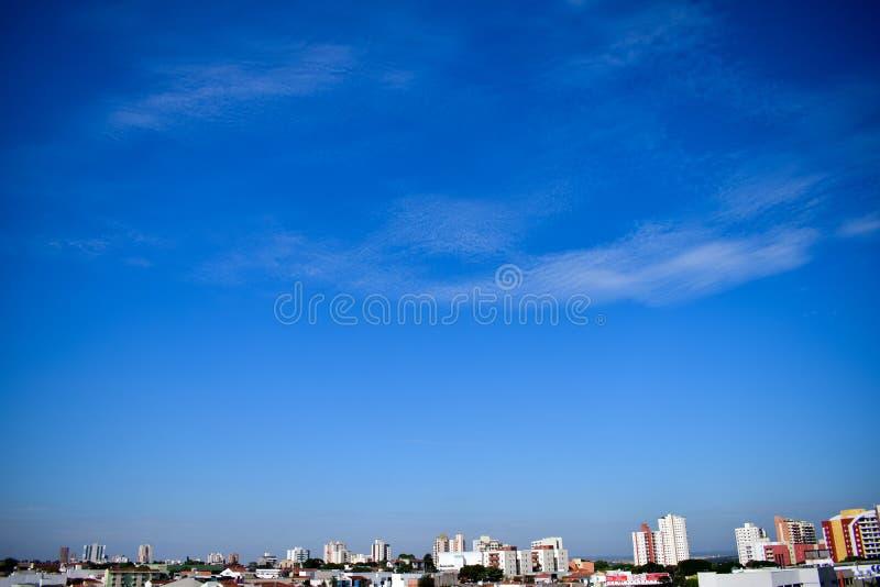 Horisont från Bauru, Brasilien blå himmel med moln arkivfoto