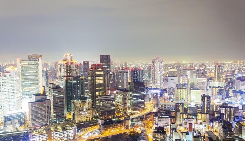 Horisont i Osaka, Japan på natten arkivfoton